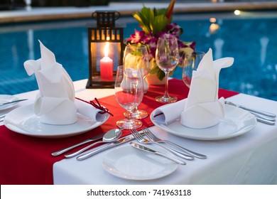 Романтический обеденный стол при свечах; Бассейн со столом.