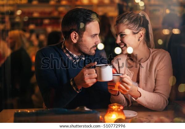 Romantisches Ehepaar, das bei Valentinstag in der Kneipe datiert