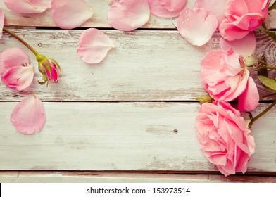 Романтический цветочный фон рамки/День Святого Валентина фон/Розовые розы на деревянном фоне