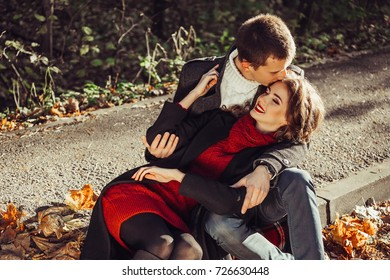 Romantic hipster couple enjoy rest autumn park, cute woman with handsome man. Holidays, vacation concept - smiling couple having fun outdoors in autumn