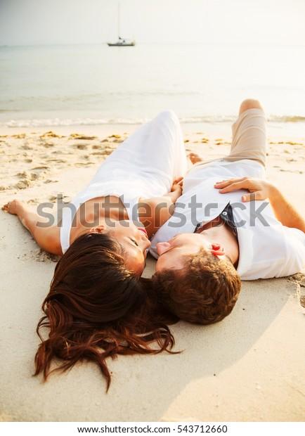 Romantyczny portret atrakcyjnej pary zakochanej leżącej : zdjęcie stockowe  (edytuj teraz) 543712660