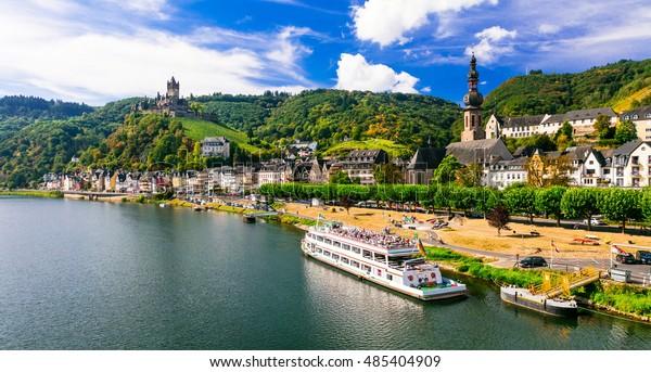Romantische Flusskreuzfahrten über Rhein - mittelalterliche Stadt Cochem. Deutschland