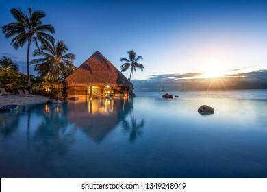 Romantischer Sonnenuntergang in einem Luxushotel mit Überlaufpool