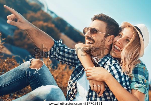 公園で楽しいロマンチックな若い夫婦。