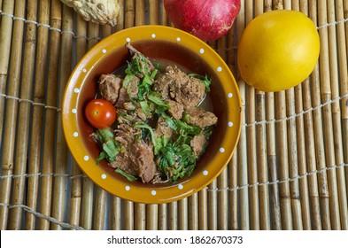 Romazava - Nationalgericht von Madagaskar, bestehend aus Grün, Zebu Fleisch, Tomaten und Zwiebeln, Kombination von Gemüse aus grünem Blattgemüse
