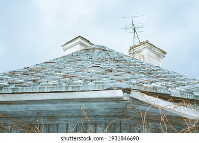 the roof of an old building in the park