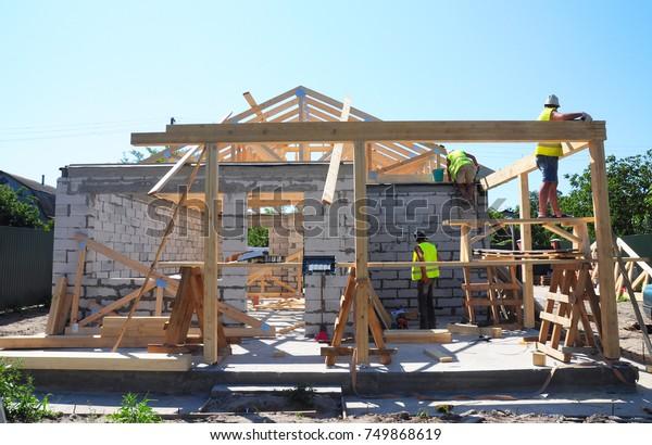 Foto De Stock Sobre Roofers Construcción De Madera Trusa