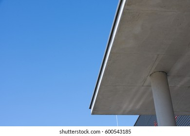 Roofing of a concrete entrance with concrete support