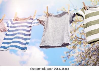 Corde avec vêtements propres à l'extérieur le jour de la lessive