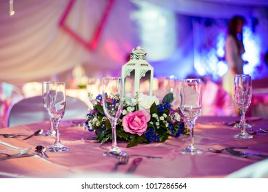 Rose accompanied of Colombian flowers surrounded with glasses of holiday