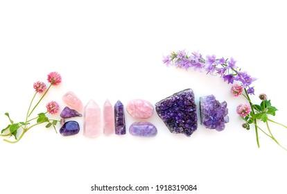 Quarzmineralien und Blumen auf weißem abstraktem Hintergrund. Nahaufnahme. flache Tiefe. Grunge-Filter.  weicher selektiver Fokus. flache Lage