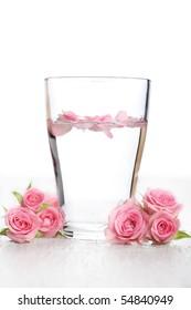 Rosenwasser und Rosenblätter