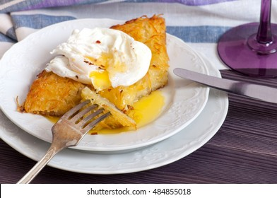 Rosti potatoes with poached egg and wine