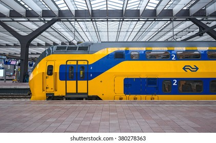 ROTTERDAM - JULY 19: Dutch Nederlandse Spoorwegen train departing from Rotterdam Station on July 19, 2015 in Rotterdam, The Netherlands. Nederlandse Spoorwegen company operates 4,800 trains a day.