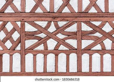 Grob bearbeitetes und verwittertes Holzrahmen eines Modellbauhauses im Freien