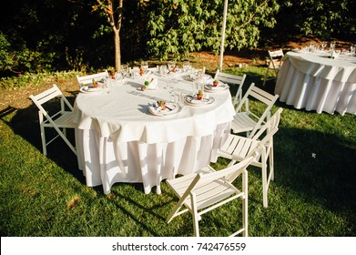 Round banquet table served to the wedding