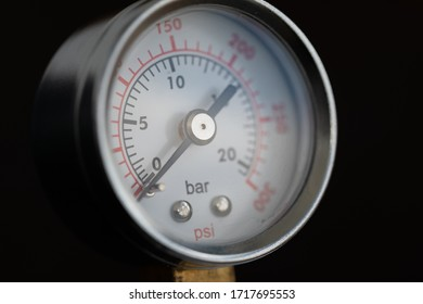 Round device for pressure measurement. Dial gauge. Pressure gauge at zero. Detail of the pump.