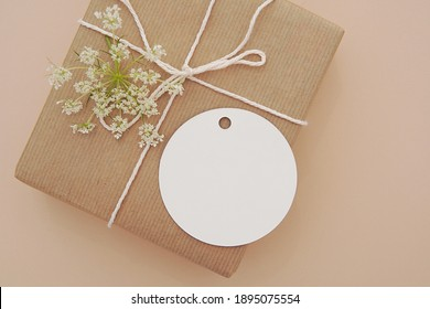 Round empty gift tag mock up, wedding favor, product tag mockup, blank paper label on gift box. - Shutterstock ID 1895075554