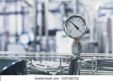 Round mechanical stainless steel pressure gauge. A device for measuring the hydraulic pressure of a liquid in a pipeline.