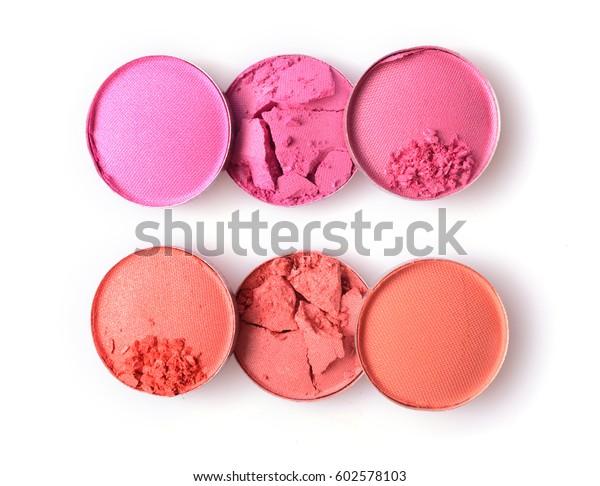 白い背景にピンクとオレンジのつぶれたアイシャドウで、化粧品のサンプルとして化粧する