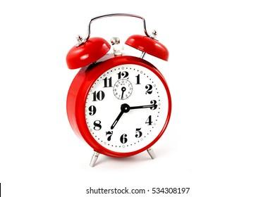 Ronde rode wekker op witte achtergrond geïsoleerd. Het beeld van de retro klok toont een kwart over zeven - concept timer standaard tijdverandering alert retro klok ontwerp start einde uur signaal.