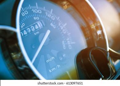 Runder Tachometerstand. Der weiße Pfeil auf dem Tachometer. Der Odometer