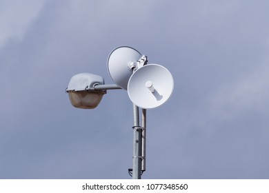 round telecommunication antenna on the lamppost
