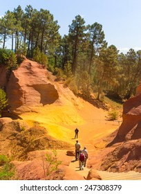 Roussillon's stunning footpath through the old ochre quarries / Roussillon's Former Ocher Quarries
