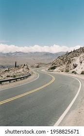 Route sinueuse en Argentine, prise en argentique lors d'un roadtrip - Shutterstock ID 1958825671