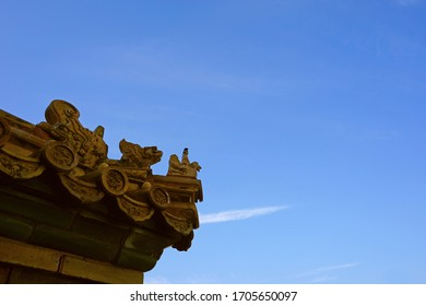 A row of mythical animal figures placed on the tails of the Chinese aincient roof
