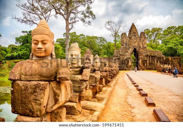 Reihe von Skulpturen im South Gate of Angkor Thom Komplex. Siem Reap, Kambodscha
