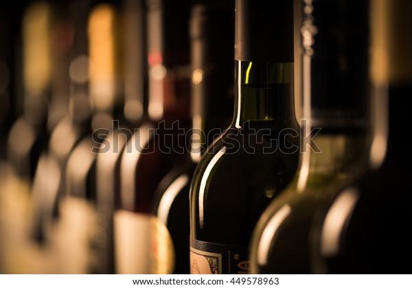 Rangée de bouteilles de vin vintage dans une cave à vin (DOF peu profond; image couleur)