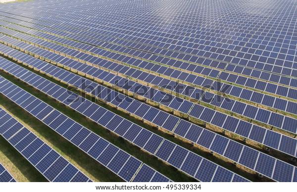 Filas de paneles solares en la granja solar