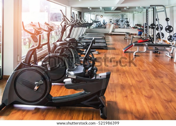 ряды стационарного велосипеда в тренажерном зале современного фитнес-центра