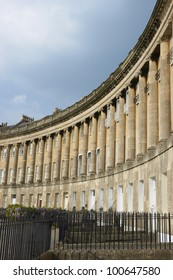 Royal Crescent. Large crescent of houses made from locally mined bath stone. Bath, Somerset, England