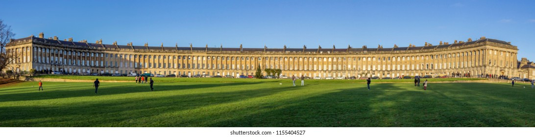 The Royal Crescent terraced houses with its old palladian style, ionic columns and an amazing representation of the Georgian architecture. Bath, UK