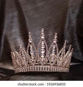 Königliche Goldkrone mit Kristallen, Diamanten