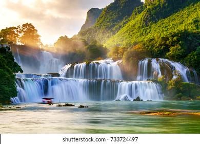 Роялти высококачественное бесплатное изображение с высоты над водопадом «Ban Gioc «, Као Банг, Вьетнам. Водопад «Ban Gioc «входит в десятку лучших водопадов в мире. Вид с воздуха