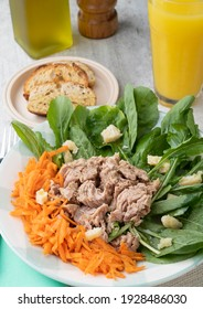 Rucula, tuna, parmesan and carrot salad with toast.
