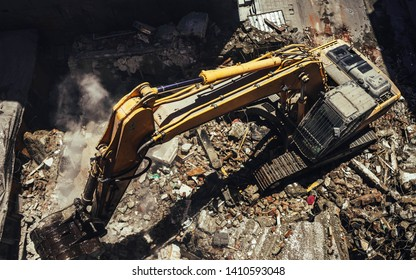 Ruined Building and Excavator , Dusty Job 29.05.2019