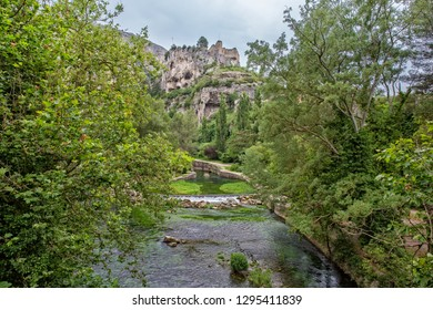 Ruined castle on the river Sorgue in Fontaine de Vaucluse, Provence, Luberon, Vaucluse, France
