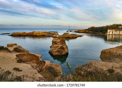 Ruinen antiker römischer Foren an der Küste