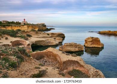 Ruinen antiker römischer Öfen entlang des Meeres