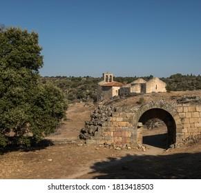 """Ruines de l'église """"Santa Maria do Castelo"""" et arche murale en ruine à l'intérieur du château de Castelo Mendo. C'est l'un des villages historiques du Portugal"""