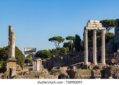 Ruins and columns in the Forum Romanum in Rome, Italie.