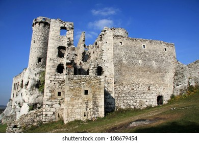 Ruins of great castle in Ogrodzieniec situated on natural rocks.