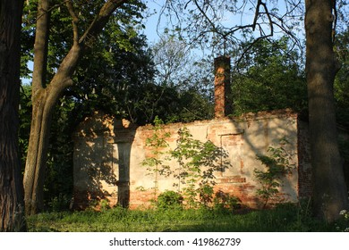 Ruins of the historic old bourgeois small manor house. Ruins and the area around are public, don't have an owner. The small manor house was still briefly inhabited after 2 for world war.