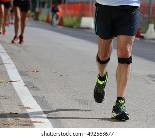 runner during the race with the bandage on knees