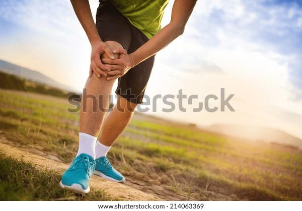 Dolore alle gambe del corridore e ai muscoli durante l'allenamento di corsa all'aperto in estate natura