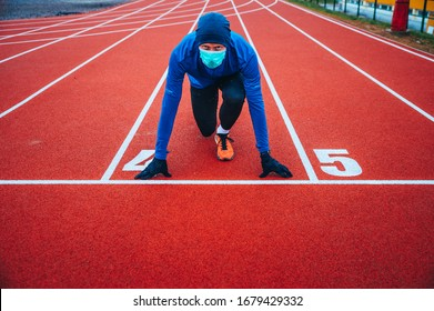 Zweitplatzierter mit medizinischer Maske, Coronavirus-Pandemie Covid-19 in Europa. Sport, Aktives Leben in Quarantäne chirurgisch sterilisierende Gesichtsmaske Schutz. Outdoor-Run auf Sportbahn in Corona Ausbruch
